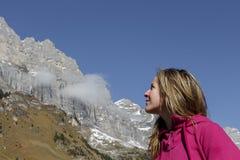 Jeune femme attirante regardant des montagnes Images stock