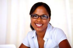 Jeune femme attirante regardant et souriant vous Photographie stock libre de droits