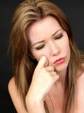 Jeune femme attirante réfléchie déprimée Photographie stock libre de droits