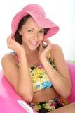 Jeune femme attirante s'asseyant en anneaux en caoutchouc utilisant un maillot de bain image libre de droits