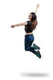 Jeune femme attirante sautant dans le ciel images stock