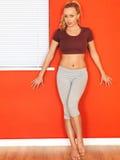 Jeune femme attirante se reposant après une séance d'entraînement de forme physique Image stock