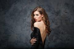 Jeune femme attirante sensuelle dans la robe classique avec le dos nu Image libre de droits