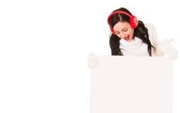 Jeune femme attirante tenant l'enseigne blanche photo stock