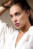 Jeune femme attirante tenant ses cheveux Image libre de droits
