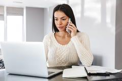 Jeune femme attirante travaillant avec l'ordinateur portable images stock