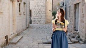 Jeune femme attirante voyageant en Europe et belle visite touristique l'explorant dans Monténégro Chapeau de port de fille de hip banque de vidéos