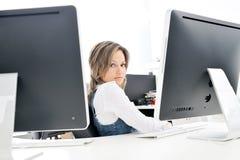 Jeune femme au bureau Images stock