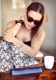 Jeune femme au café extérieur photos stock