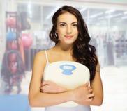 Jeune femme au club de forme physique Photographie stock
