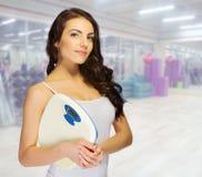 Jeune femme au club de forme physique Photos stock