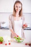 Jeune femme au foyer de sourire Photographie stock
