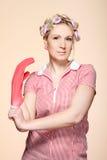 Jeune femme au foyer drôle avec des gants Photographie stock libre de droits