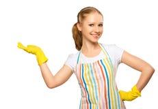 Jeune femme au foyer heureuse dans le gant avec l'isolat vide blanc de panneau d'affichage Image libre de droits