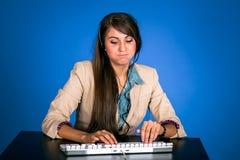 Jeune femme au helpdesk Image libre de droits