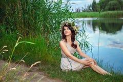Jeune femme au lac Photographie stock libre de droits