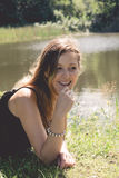 Jeune femme au lac Images stock