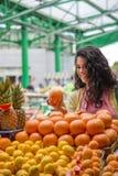 Jeune femme au marché Images libres de droits