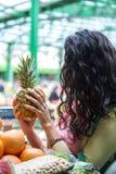 Jeune femme au marché Photo libre de droits