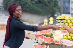 Jeune femme au marché en plein air images libres de droits