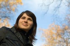 Jeune femme au stationnement d'automne Image stock