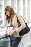 Jeune femme au supermarché Photographie stock