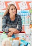 Jeune femme au supermarché photo libre de droits