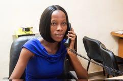 Jeune femme au téléphone Images stock