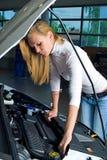 Jeune femme au véhicule cassé Photographie stock libre de droits