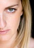 Jeune femme aux yeux verts Photos stock