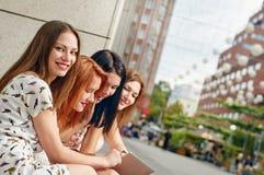 Jeune femme avec amie Photographie stock libre de droits