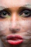 Jeune femme avec de beaux yeux dans une élingue photographie stock