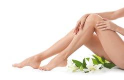 Jeune femme avec de belles longues jambes sur le fond blanc photo libre de droits