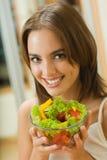 Jeune femme avec de la salade images stock
