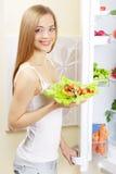 Jeune femme avec de la salade saine Photo libre de droits