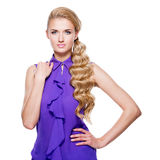 Jeune femme avec de longs cheveux bouclés blonds Image libre de droits