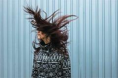 Jeune femme avec de longs poils droits foncés dans le mouvement image stock
