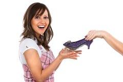 Jeune femme avec de nouvelles chaussures Photo libre de droits