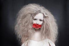 Jeune femme avec de service sur la bouche photos stock