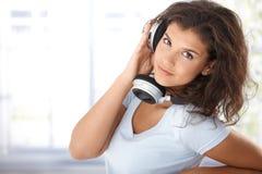 Jeune femme avec des écouteurs Photos stock