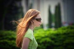 Jeune femme avec des écouteurs Photo libre de droits