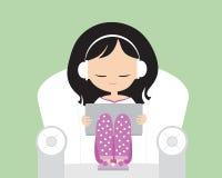 Jeune femme avec des écouteurs dans des pyjamas sur le fauteuil avec des accoudoirs illustration de vecteur