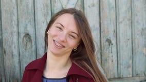 Jeune femme avec des bagues dentaires banque de vidéos