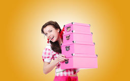 Jeune femme avec des boîtes de rangement contre Image stock