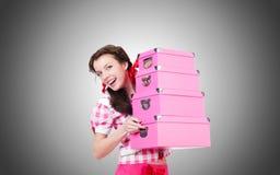 Jeune femme avec des boîtes de rangement sur le blanc Photographie stock libre de droits