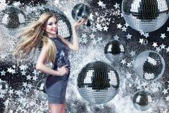 Jeune femme avec des boules de disco Images stock