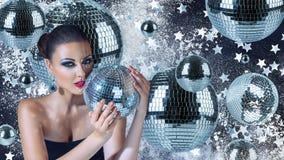 Jeune femme avec des boules de disco Photos stock