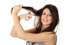 Jeune femme avec des ciseaux Images libres de droits