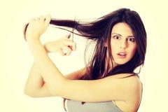 Jeune femme avec des ciseaux Photo libre de droits
