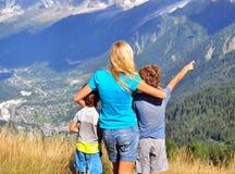 Jeune femme avec des enfants Photographie stock libre de droits